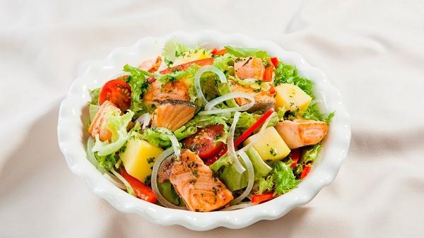 Salad cá hồi lạ miệng