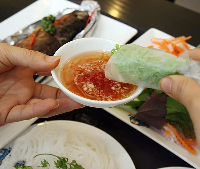 Cuộn cá sa ba nướng với rau